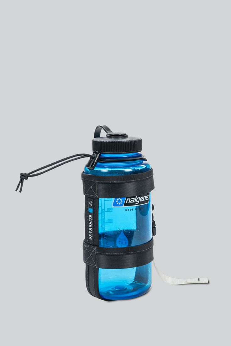 Weighing just 2.2 ounces (62 grams), this lightweight Nalgene™ water bottle holder easily attaches to the daisy chains of your Porter Pack allowing quick and comfortable access.