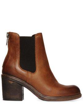Ich liebe sie und muss sie unbedingt haben.Diese Schuhe zu schwarzer Strumpfhose,Faltenrock mit weißem T-Shirt drin und ein kurzer Mantel...perfekt.♥ Zu kaufen:überall