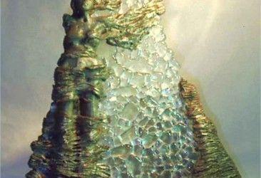"""SCULTURA LUMINOSA """"ANGELO DELLA NOTTE"""" Scultura luminosa realizzata in terra refrattaria patinata ad effetto  rame-bronzo,  resina e cristallo fuso. Dimensioni: larghezza cm. 35, altezza cm. 45, profondità  cm.35"""