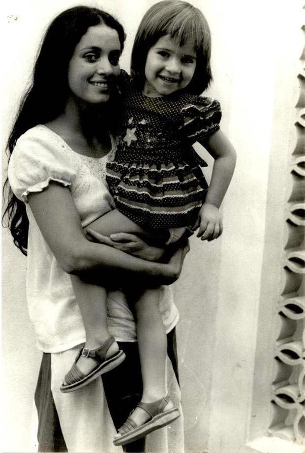 Sonia Braga com a atriz Ingrid Guimarães no colo - 1976