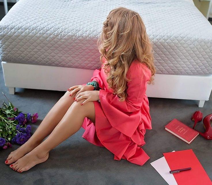 Livada cu rochii Red dress  Curls  Cozy