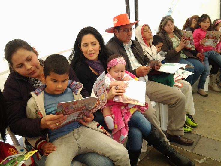 Familia que lee unida, crece unida...y es feliz con las fábulas de Rafael Pombo.