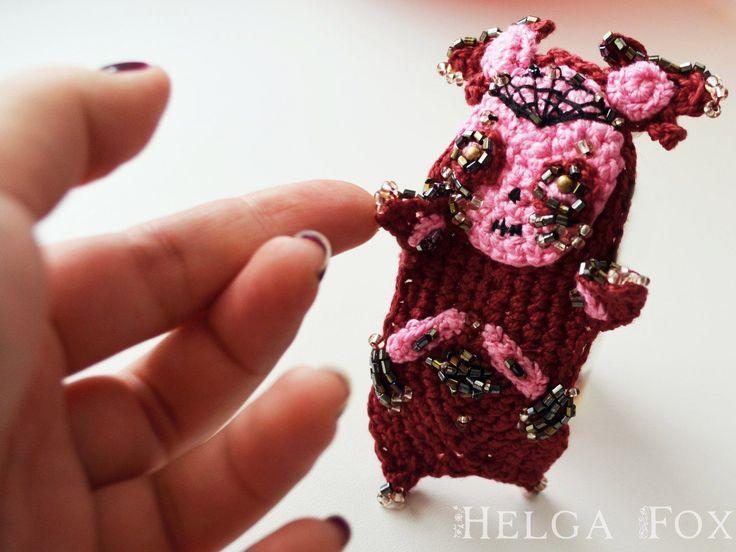 Купить Вязаная брошь M O X Y из коллекции Spooky Friends - бордовый, розовый    #brooch #broochcrochet #mexico #деньмертвых #мексика #катрина #святаясмерть #череп #скелет #смерть #чудовище #монстр #необычнаяброшь #коллекционнаяброшь