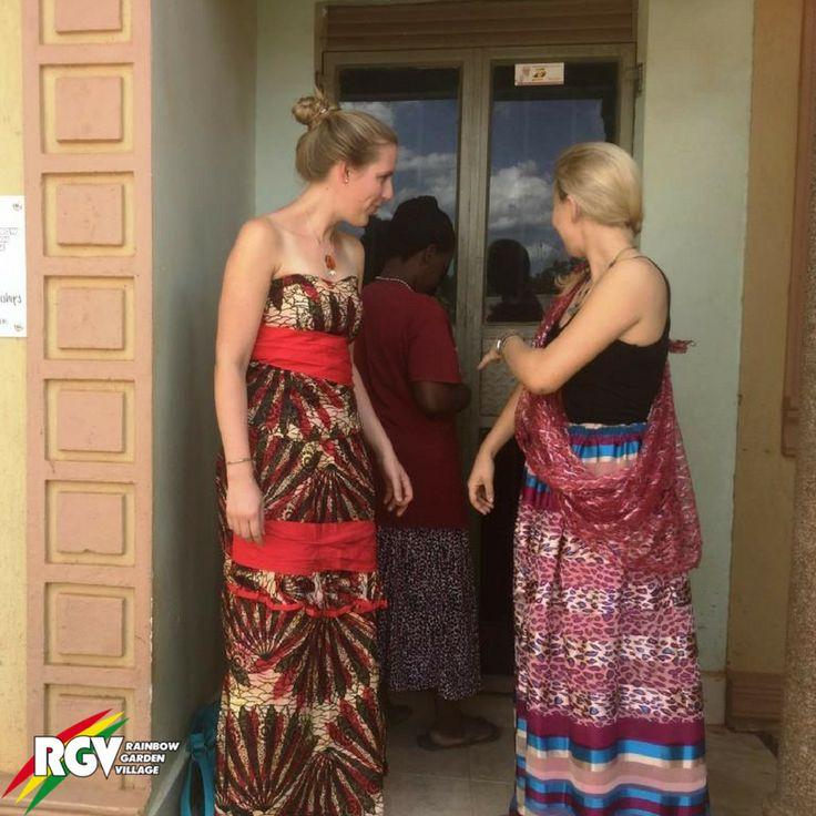 Weit, lang und bunt gemustert– so sehen die traditionellen Kleider in Uganda aus. Auch unsere Volunteers haben sich die sogenannte Busutis schneidern lassen. Looks great!