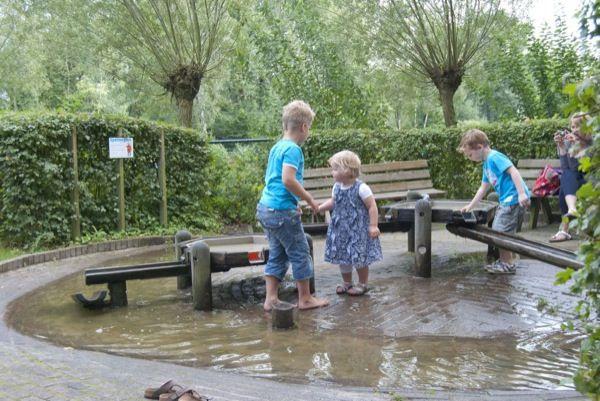 Lekker spelen, nat worden en afkoelen in de waterspeeltuin van Kinderparadijs Malkenschoten in Apeldoorn.