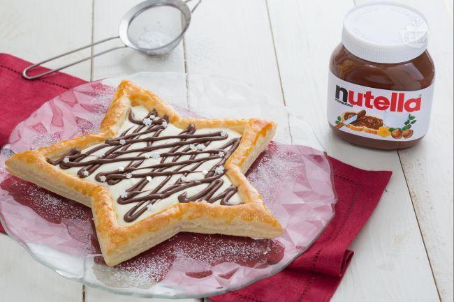 Stella di sfoglia, crema di mascarpone, ricotta e Nutella® è un dessert perfetto anche come centro tavola delle feste.