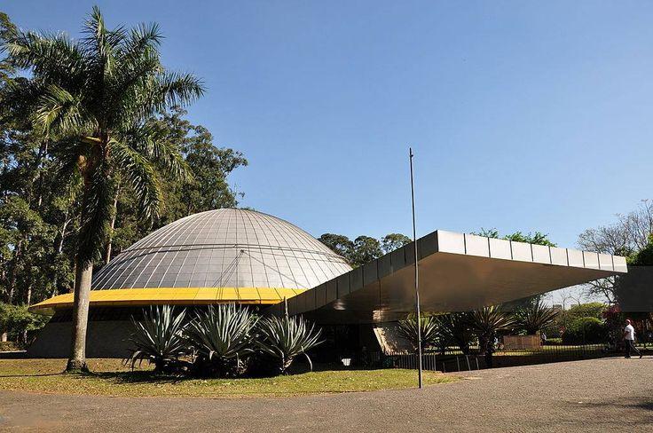 Planetário Professor Aristóteles Orsini  Inaugurado em 1957, o Planetário Professor Aristóteles Orsini foi o primeiro do Brasil. Tem como objetivo sensibilizar o público para as questões do universo, em especial da astronomia.   É um importante pólo de educação, cultura e entretenimento. Foi reaberto em 2006, depois de restaurado e modernizado. Hoje conta com o projetor Zeiss StarMaster e uma cúpula de 18 metros de diâmetro. A sala possui capacidade para 300 visitantes, sete deles cadeirante