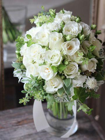 白いバラにスカビオサやグリーンを合わせたナチュラルなクラッチブーケ。