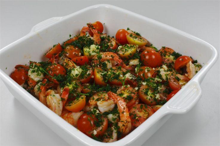 Forvarm ovnen til 200 C alm. ovn (varmluft: 180). <BR> <BR> Rejerne pilles. Husk at fjerne den mørke tarm. Pil hvidløget, skyl persillen og hak begge dele. Skyl tomaterne og halvér dem. <BR> <B