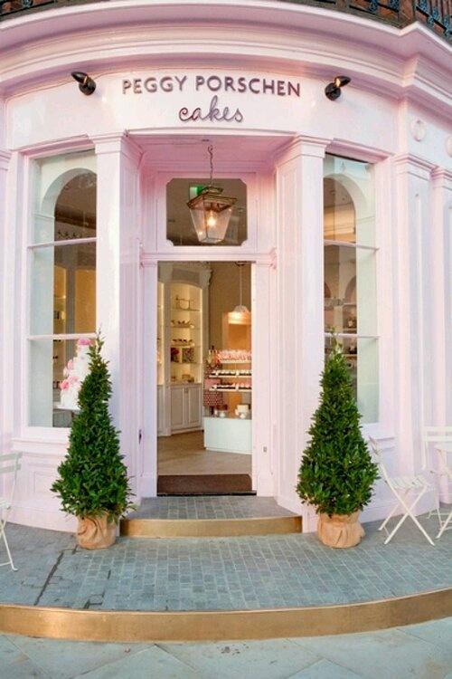Llama mucho la forma circular de la tienda y las ventanas alargadas, también el color que invade toda la tienda es adecuado para una tienda de tartas