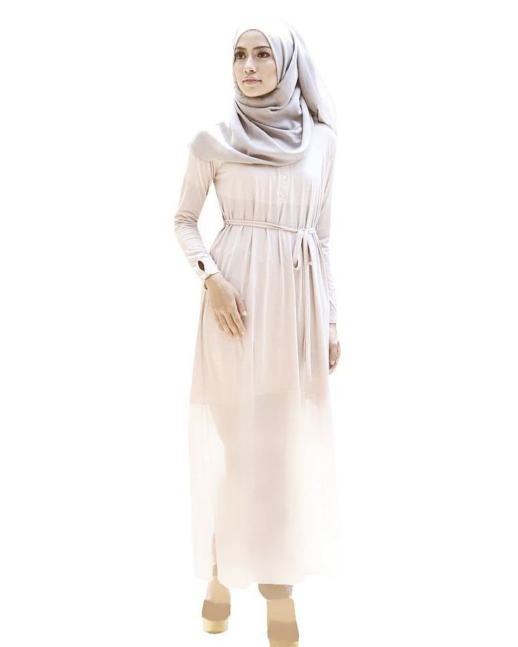 Ashley top dress in nude: High quality jersey & chiffon, bottom part is chiffon, thin & cooling. Slits at the sides for a cool design, separate fabric belt, buttons in front, wrinkle-free and nursing-friendly.