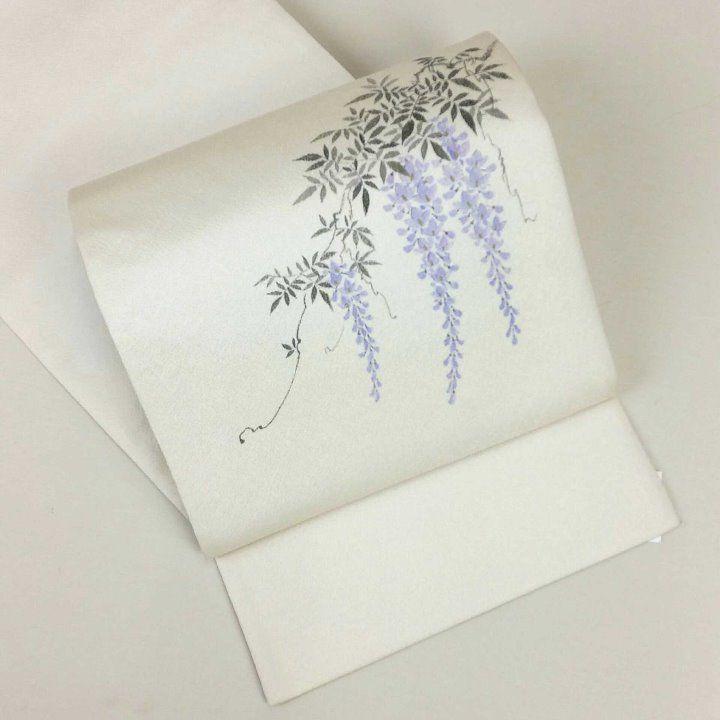 《上品藤の花袋帯*桔梗月兎×白地にキラキララメ*落款有◆正絹着物◆FS4-27》 為書きの入ったお品です。 3000円程度で消すことが可能でございます。 お気軽にご相談くださいませ。 リサイクル品にご理解いただいた上で ご購入下さいませ。 7、8月以外に長く着用できます♪ *他にも多数出品中ですので、     是非、ご覧下さいませ♪ *和裁師ですので、サイズ等、     お直しについてはご相談下さい♪ サイズ  長さ 440cm      帯幅 31cm    ▲▲宜しくお願いします。▲▲ 検索ワード** 単衣、一重、単、袷、パーティ、母、ママ、女性、 入学式、卒業式、結婚式、二次会、お宮参り、七五三、 観劇、美術館、京都、撮影、訪問着、付下げ、小紋、 色無地、かわいい、普段着、舞台衣装、正絹、長尺、 和装、足袋、草履、下駄、コーリンベルト、伊達締め、 帯揚げ、帯締め、ピンク、ベージュ、