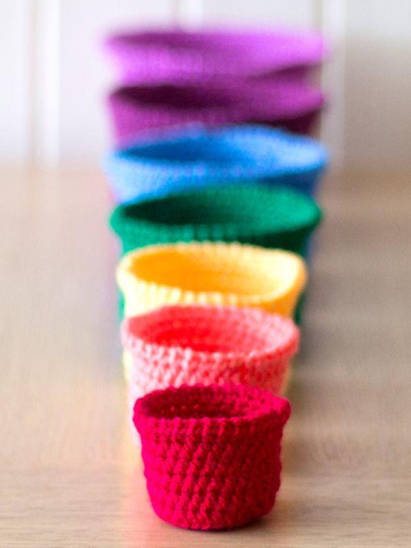 Free pattern for Crochet Set of rainbow nesting baskets- tutorial