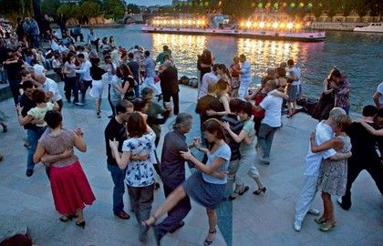 Dance on the banks of Port Saint-Bernard. Every evening, from June until the end of August, hundreds of dancers gather spontaneously at the Jardin Tino Rossi, just below the Institut du Monde Arabe. With salsa, tango, traditional Breton dancing, rock, etc., there's something for all tastes! Times: 7pm to 11.30pm on weekdays and 3pm to 11.30pm on weekends