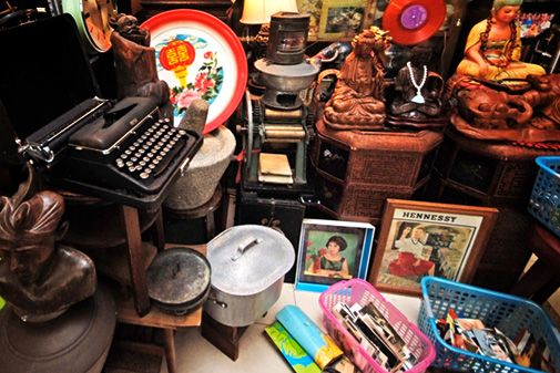View Point - You'll find just about everything here, from old toys, records, telephones and cameras to clocks, furniture and lamps. This antiques dealer even sells old advertising signs, movie posters and beer paraphernalia – making it a haven for collectors of pop culture.