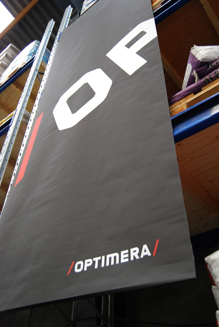 Bannere med den nye visuelle identitet samlede begivenheden i en ellers helt almindelig tømmerhal.
