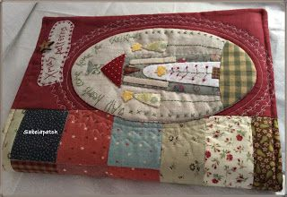 Hola! Por fin he acabado mi primer proyecto de Navidad         Una funda para la carpeta de patrones         Además de varios libros,...