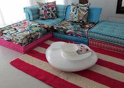 Mahtavat värit tässä asiakkaan räätälöimässä matossa! #sukhimatot #matto #olohuone #pinkki #sisustus