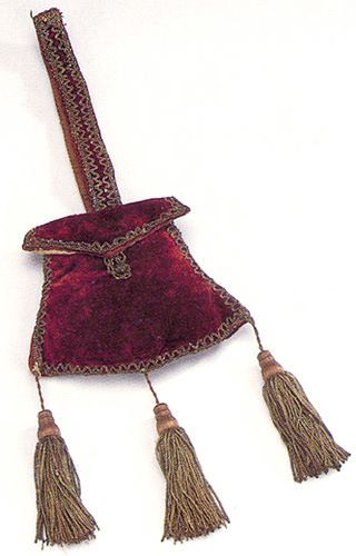 Velvet bag to hang from belt, trimmed with gold thread and tassels, the Netherlands, early 17th century. At the Hendrikje Bag Museum, the Netherlands. From Bags, Pepin Press, 2004.