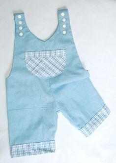 Jardineira em popeline azul com detalhes em xadrêz. Linda demais para qualquer recém nascido!