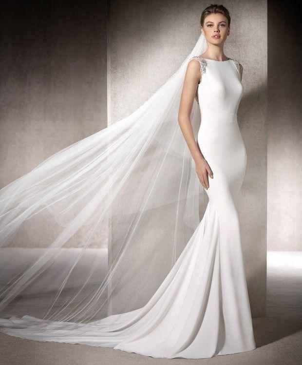 Espectacular y sofisticado vestido de novia con corte sirena. De crepé blanco novia. Sensual escote por la espalda con pedrería, cola alargada y escote barco por delante. #vestidosdenoviaoriginales #vestidosdenovia2018 #vestidosdenovia2019 #vestidodenoviaelegante #vestidosdenoviaenmadrid #vestidosdenoviacortesirena #vestidosdenoviasexi #losmejoresvestidosdenovia