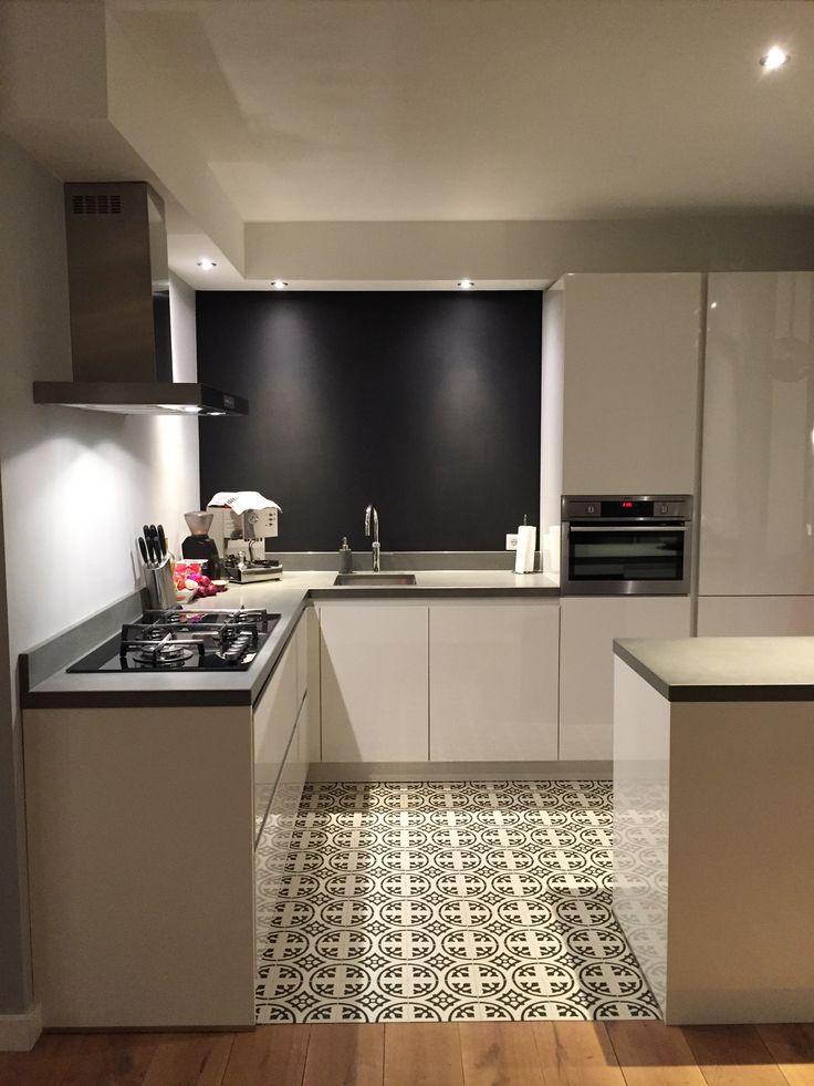 Zwart, wit, grijze keuken. Portugese tegels en houten vloer