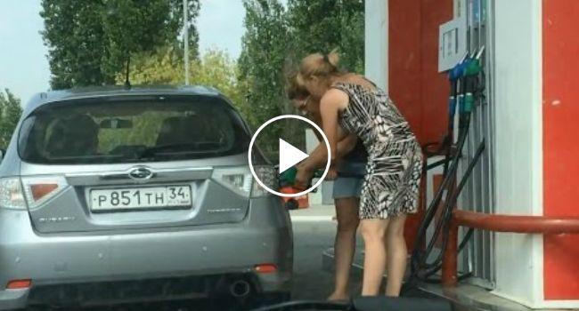 A Forma Peculiar Que Duas Mulheres Arranjaram Para Abastecer o Carro