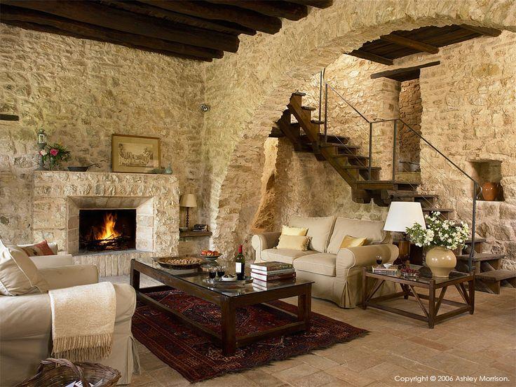 Best 25 italian farmhouse decor ideas on pinterest for Salone con parete in pietra