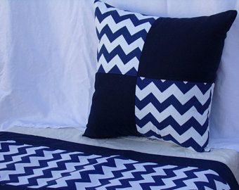 Blu navy Chevron stampa cuscino, cuscino di tiro, gettare il cuscino, cuscini decorativi, cuscino 16x16, 18x18, con cerniera cuscino, centro tavolo Runner.