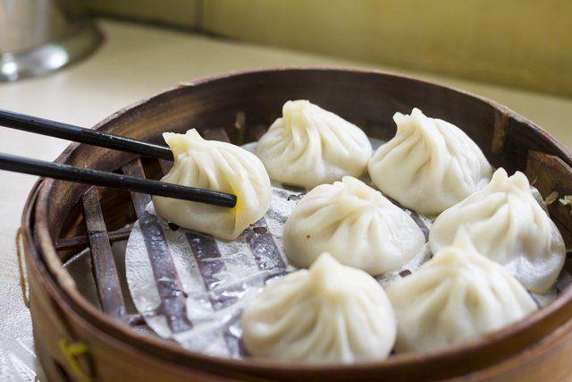 ¿Sábes cómo hacer dumplings? Pues si no sabes, no hay mejor ocasión para aprender que esta. Los dumplings son bolas de masa cocidas, hechas a base de harina, patatas o pan y pueden incluir relleno de carne, pescado, vegetales o dulces. Se pueden cocinar en agua hervida imitando una pasta, al vapor o también se pu