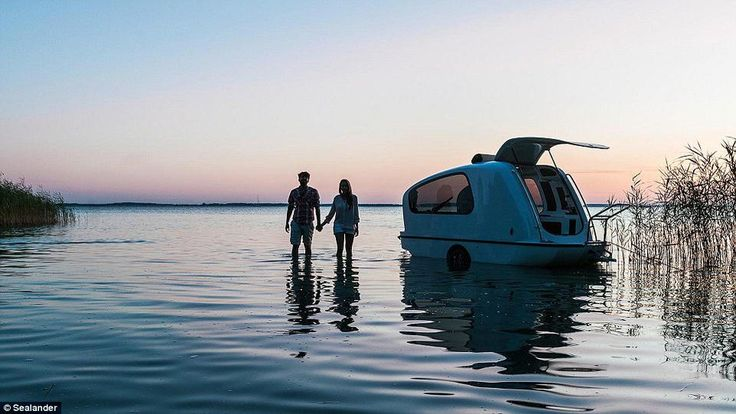 Δύο σε ένα, το Sealander είναι το τροχόσπιτο που μεταμορφώνεται σε σκάφος: κατασκηνώνεις το πρωί στην παραλία και το απογευματάκι το ρίχνεις στη θάλασσα για βαρκάδα. Το εξωτερικό του είναι κατασκευασμ