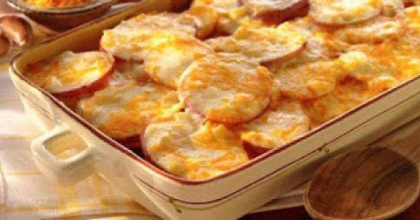 Υλικά Πατάτες 1 κουτί εβαπορέ γάλα Βούτυρο Τυρί τριμμένο Αλάτι Πιπέρι Εκτέλεση Καθαρίζουμε τις πατάτες και τις κόβουμε σε ροδέλες όπως για τον μουσακά. Τις