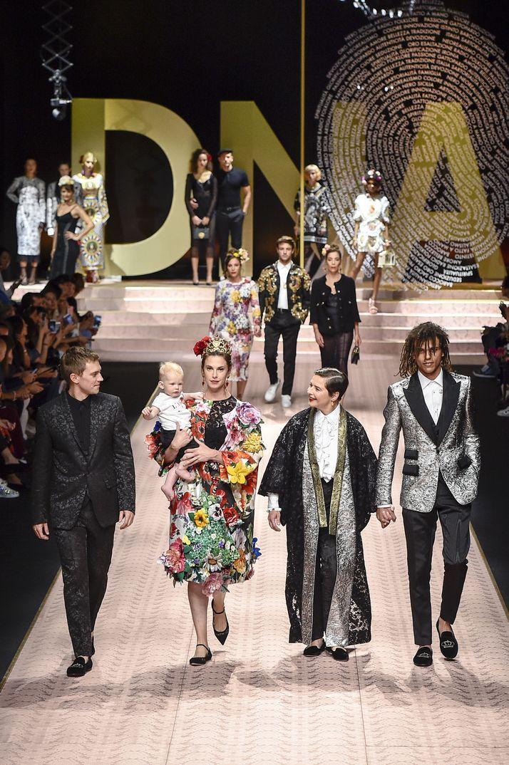 """d9a1ac42d4c9d La gran fiesta de Dolce   Gabbana en Milán  Monica Bellucci, Carla Bruni,  Eva Herzigova y otras 147 """"top models"""" sobre la pasarela Elettra Ro…"""
