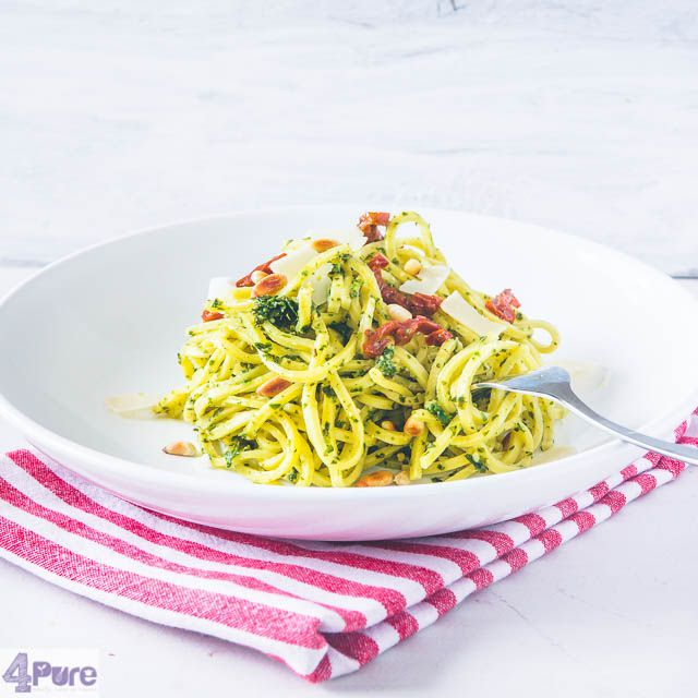 Spaghetti with kale pesto  - English recipe - Prepare acreamy pesto made from kale and old cheeseand mix thatwith the spaghetti. Add somesundried tomatoes, pine nuts and Parmesan cheeseand you've got adelicious vegetarian meal.