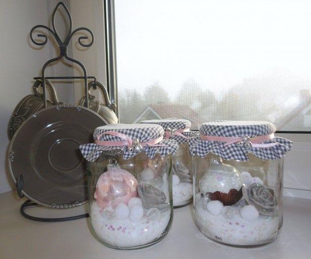 lege glazen potten vullen met 'sneeuw' en glitters, kleine kerstballen en andere versiersels. leuk lapje met lintje en belletjes over deksel bevestigen.