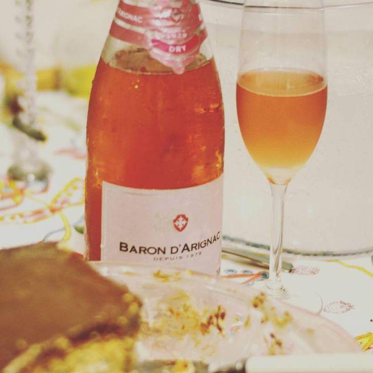 """Baron d'Arignac Brut Rosé. O espumante tem se notabilizado por ser ótima companhia para as entradas e sobremesas. Este nós abrimos em uma reunião com amigos para acompanhar um bolo de sorvete e foi um ótimo fechamento da noite. Sua cor salmão brilhante chama a atenção. Aromático e fácil de beber, é muito harmonioso no paladar.  #vinho #vivaovinho #fotooficialvov #frança #vinhofrances #espumante #champanhe""""…"""