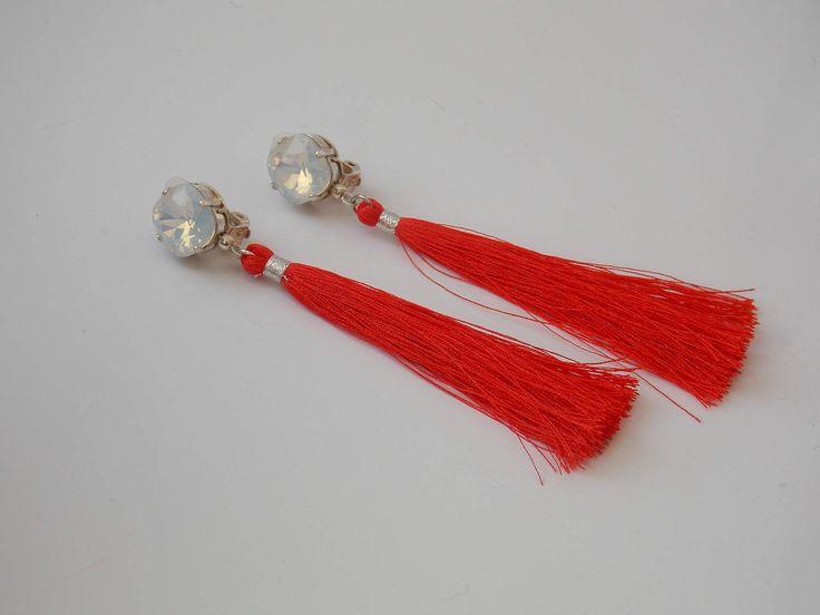 Boucles d'oreilles clips, cristal blanc opale et grand pompon, rouge orangé, personnalisables. de la boutique Clipsetcreations sur Etsy