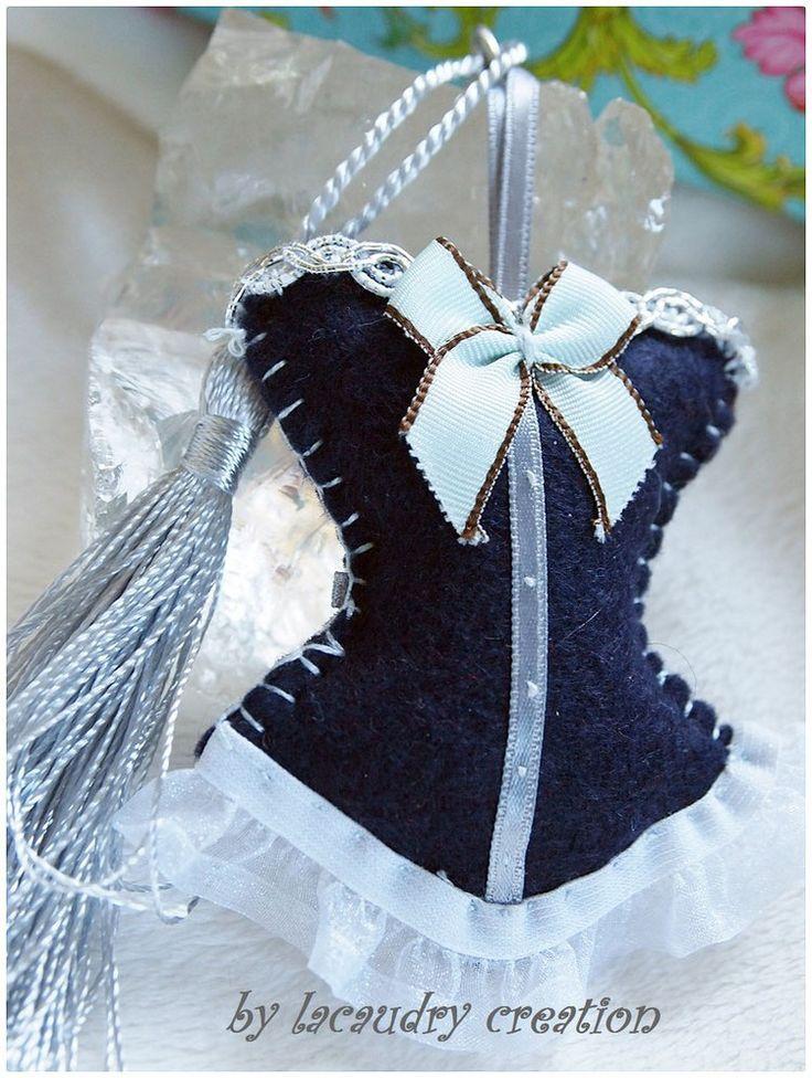 Bijoux de sac romantique, porte clefs CORSET LADY MARINE ET BLANC en feutrine BLEU  , galon ARGENT et dentelle BLANCHE