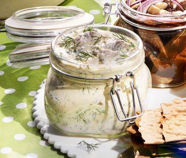 Pepparrotssill | Ett delikat recept på hemmagjord inlagd sill med pepparrot och citron. Pepparrotssillen blir krämig med crème fraiche och du smaksätter även med dill. Perfekt till midsommar och den kokta potatisen!