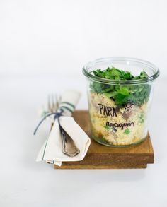 Cuscuz marroquino com filé mignon suíno   Receita Panelinha: Este prato é ótimo para servir no verão e um bom jeito de comer carne fria. O molho de geleia caseira garante um sabor agridoce ao preparo e as ervas frescas fazem a vez da salada.