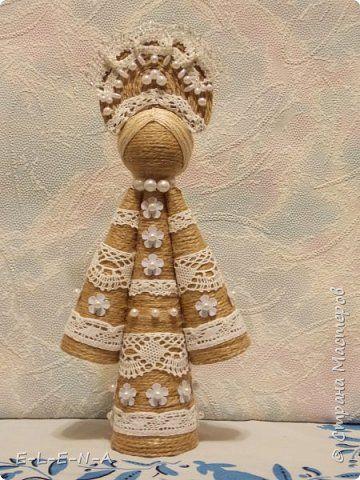 """На сайте вологодского кружевного объединения """"Снежинка"""" представлены куклы Берегини """"Желанницы"""". По преданиям такая куколка может исполнять желания. Для этого нужно всего лишь """"подарить"""" ей бусинку или пуговичку. Как украшение. Делается куколка очень легко. Большой конус это туловище, два конуса поменьше это рукава платья. Склеиваем конусы из плотной бумаги. Я сделала из остатков плотных обоев в 2 слоя. Обклеиваем конусы шпагатом. Я использовала джутовый шпагат. Он менее лохматый…"""