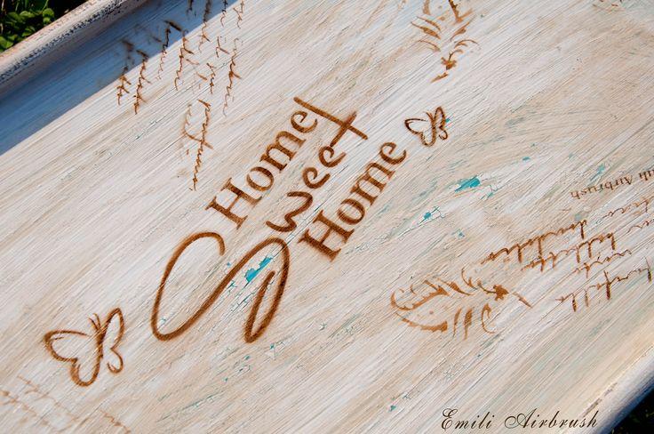 Mit viel Liebe und Geduld handgefertigt. Stilvolle Shabby Look Tablett aus Holz passt in jede Wohnung oder Garten. Ein super Hingucker in der Wohnung für alle Retro - Vintage und Shabby Look Fans. Größe: B: 51cm x T: 33cm x H: 5cm bzw.25cm Hoch Material: Holz Farbe: Aibrush Farbe, Holzlasur Mit einer speziellen Technik aus Neuem auf alt gemacht! Sie möchten eine andere Farbe oder ein anderes Design? Bitte kontaktieren Sie mich vor dem Kauf - DANKESCHÖN.