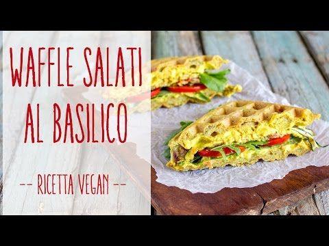 waffle salati con pomodori, zucchine alla griglia, zucola e spicy hummus