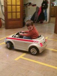 Activité Enfants - Bricolage - Conception d'un parking et d'une route en scotch dans le salon pour voiture électrique - place handicapé - Fait Maison - DIY - Issu du site / blog Maman Sur Le Fil
