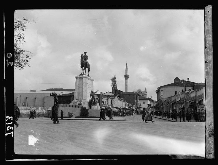 1935 / Yeni ve Eski Ankara-nın arasındaki Zafer Anıtı