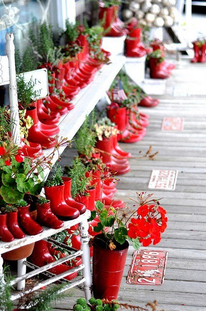 Good use of red boots! This is a great idea for Christmas time, don't you think?
