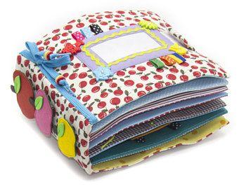 Ruhige aktive Buch hergestellt aus Tuch empfiehlt sich für Kinder ab 1 Jahr alt. Das Buch hat eine Tasche für die Lagerung und den Transport zu erleichtern. Es besteht aus 7 Blätter. Auf jeder der 12 Seiten gibt es verschiedene Arten von Verschlüssen: -Klettverschluss -Buttons -Regler -Schnürsenkel -Reissverschluss -Pins -Garn Die gebundene Ausgabe des ruhigen aktiven Buches enthält außerdem entwickelnden Elemente auf Klettverschluss, Mini-Labyrinth mit einem Marienkäfer, Knöpfe und Bänder…