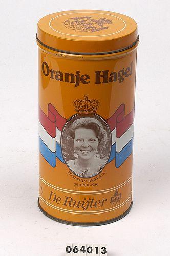 """Een oranje herdenkingsblik ter ere van de kroning van Beatrix, """"Oranje Hagel"""". Uit de collectie van het Legermuseum."""