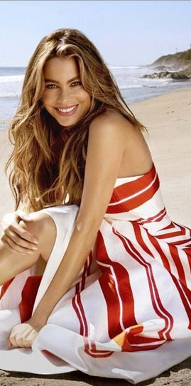 Who made Sofía Vergara's red and white stripe dress?