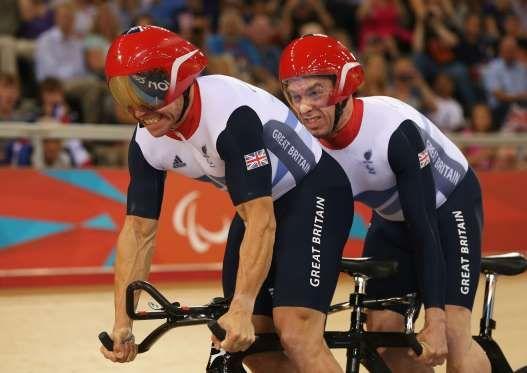 GUIAS No total, 13 paratletas já disputaram Jogos Olímpicos ao longo da história. Há, também, muitos casos de atletas sem deficiência que fazem de parte de Paralimpíadas como guias. O único deles a faturar medalhas em ambos os eventos é o britânico Craig MacLean, que conquistou uma prata no ciclismo em Sydney 2000 e um ouro na Paralimpíada de Londres 2012, como guia do ciclista Anthony Kappes.